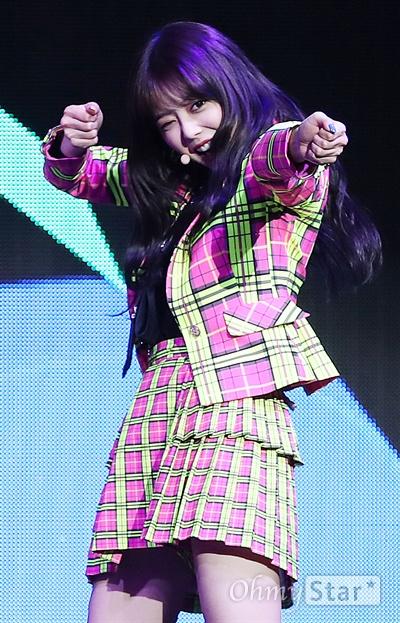 '위키미키' 지수연, 준비하시고 쏘세요! 그룹 위키미키(Weki Meki. 지수연, 엘리, 최유정, 김도연, 세이, 루아, 리나, 루시)의 지수연이 13일 오후 서울 한남동의 한 공연장에서 개최한 두 번째 싱글 앨범  < LOCK END LOL(락앤롤) > 쇼케이스에서 수록곡 '너 하고 싶은 거 다 해(너.하.다)'와 타이틀곡 'Picky Picky(피키피키)'를 선보이고 있다. 위키미키의 두 번째 싱글 앨범 < LOCK END LOL(락앤롤) >은 'LOCK, 잠겨있는 그들을 LOL, 해방시킨다'는 의미로 자신만의 꿈을 지닌 여덟 명의 위키미키가 음악을 통해 열정을 폭발시키는 모습을 담고 있다.