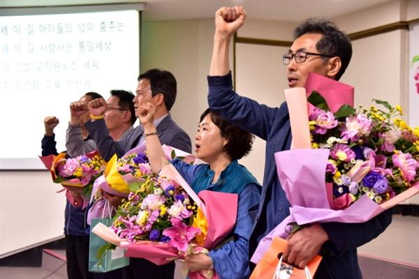 시대의 참 스승들께 노동·시민·사회단체 대표자들이 꽃다발을 선물했다. <참교육의 함성으로>를 부르는 선생님들의 눈시울이 젖어 들었다.