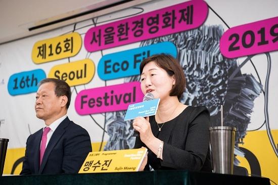 2019년 서울환경영화제의 맹수진 프로그래머는 대량생산·소비구조의 산업사회에서 필연적으로 생겨나는 쓰레기 과잉 문제 등에 대한 구조적 해법과 개인의 선택을 다룬 영화가 많다고 소개했다.