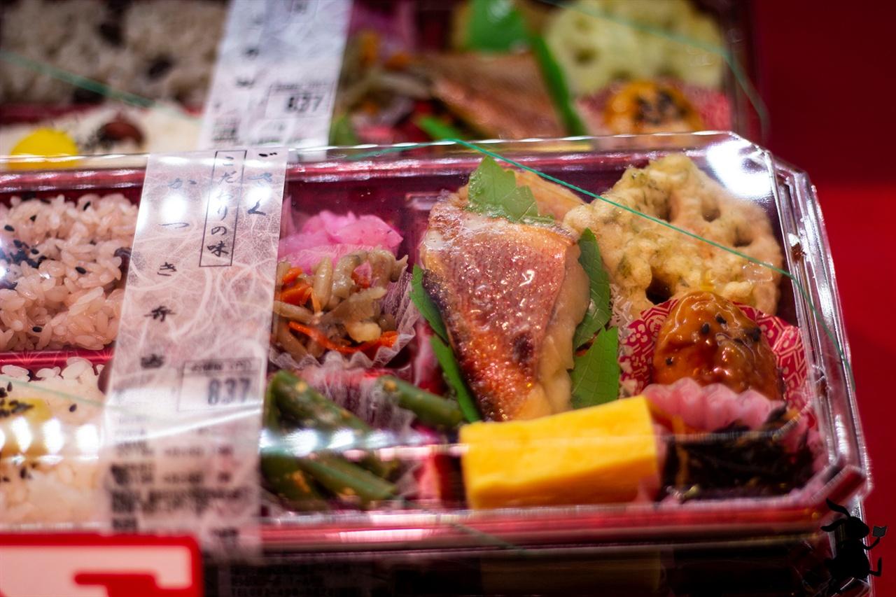 하카타역의 에끼벤토 하카타역에서 에끼벤토를 사자고 말했지만, 엄마는 직접 도시락을 싸겠다고 하신다. 엄마는 일본 음식이 입에 맞지 않는다는 이유를 들어 도시락을 직접 싸셨다.