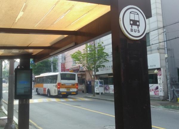 15일 오전 7시 30분 울산 동구 방어동의 한 버스정류장. 꽃바위에서 시내방향으로 가는 버스가 기다리던 손님을 태우고 있다. 울산 전체 버스 중 66%가 아침 3시간 가량 파업을 벌이다 오전 8시 극적 합의했다.