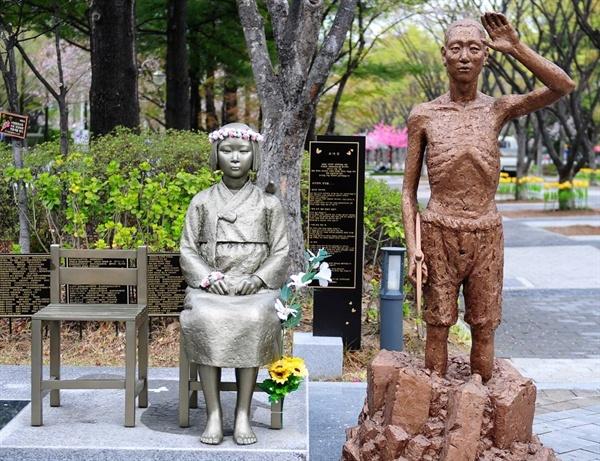 대전 평화의 소녀상과 강제징용노동자상(모형) 설립단체들은 강제징용노동자상 모형을 제작해 기자회견과 홍보에 함께하고 있다.대전 보라매 공원에 함께 놓여있는 모습.