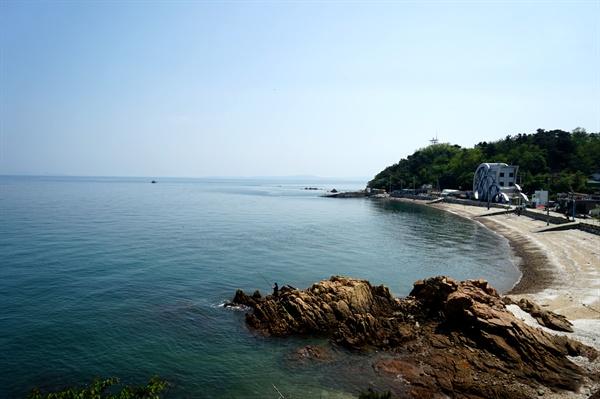 전망테그에서 바라본 몽여해수욕장, 오른쪽 큰 건물이 섬이야기박물관이다.