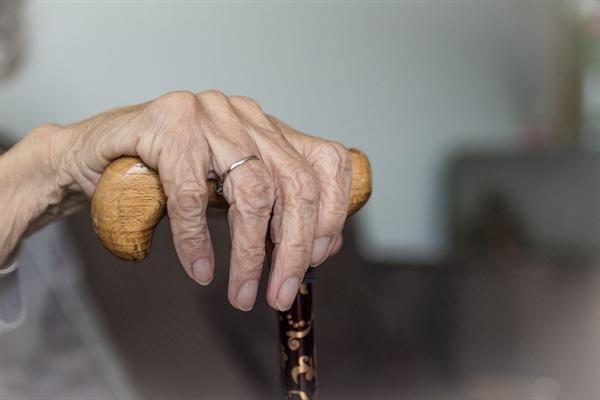 젊은 시절 사는 게 바빠, 다친 몸을 제대로 치료하지 못한 할매는 60대에 허리가 굽어버렸다.