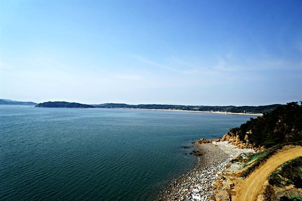무의연도교를 걸으며 바라본 잠진도 해변과 멀리 을왕리해수욕장 풍경
