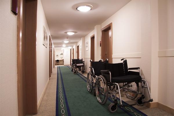 8층에 있는 할매는 목욕을 하러 휠체어에 앉아 엘리베이터를 타고 다른 층에 있는 목욕실까지 간다.
