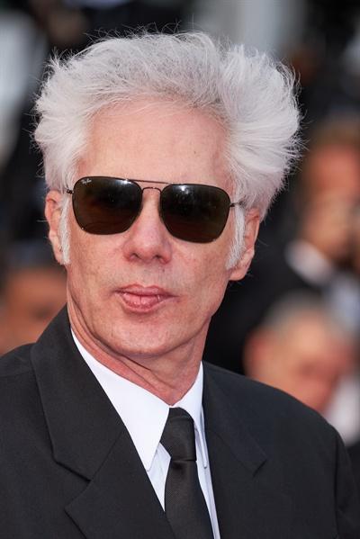 14일(현지시각) 프랑스 칸에서 열린 제72회 칸 국제 영화제 개막식 레드카펫 행사에 영화 <더 데드 돈 다이>라는 작품으로 참석한 짐 자무쉬 감독의 모습이다.