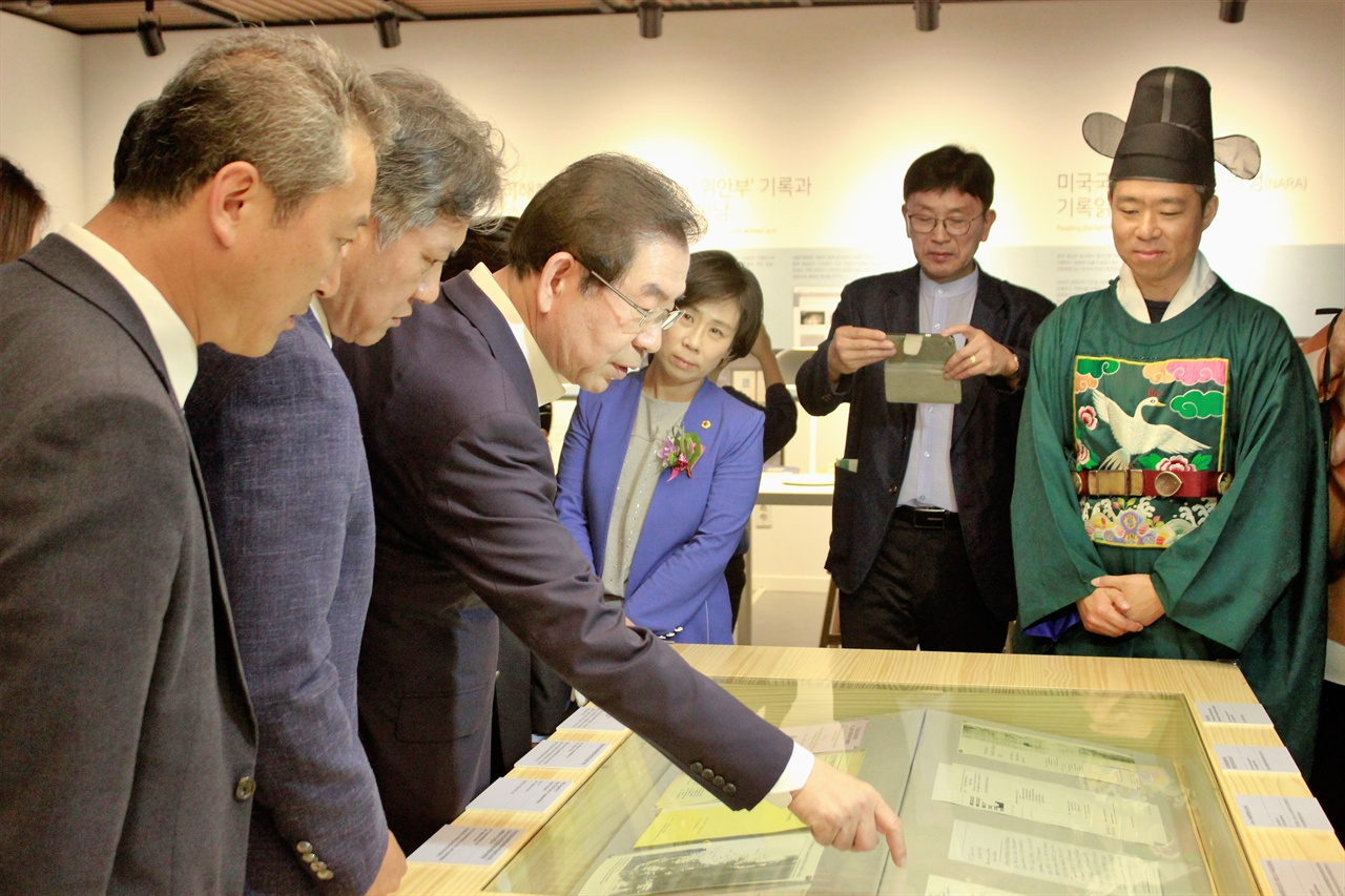 박원순 서울특별시장이 서울기록원 전시관을 찾아 전시물에 대해 설명하고 있다.