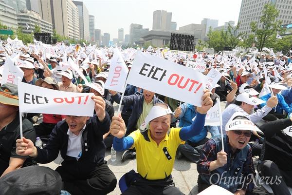 """""""타다 OUT"""" 외치는 서울개인택시조합원들 15일 오후 서울 광화문광장에서 서울개인택시운송사업조합원들이 '타다(차량 공유서비스) 퇴출 끝장 집회'를 개최했다."""