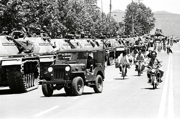 5.18민주화운동 진압한 계엄군 탱크들 1980년 5월 28일 광주민주화운동을 진압한 계엄군 탱크들이 도로에 세워져 있다.