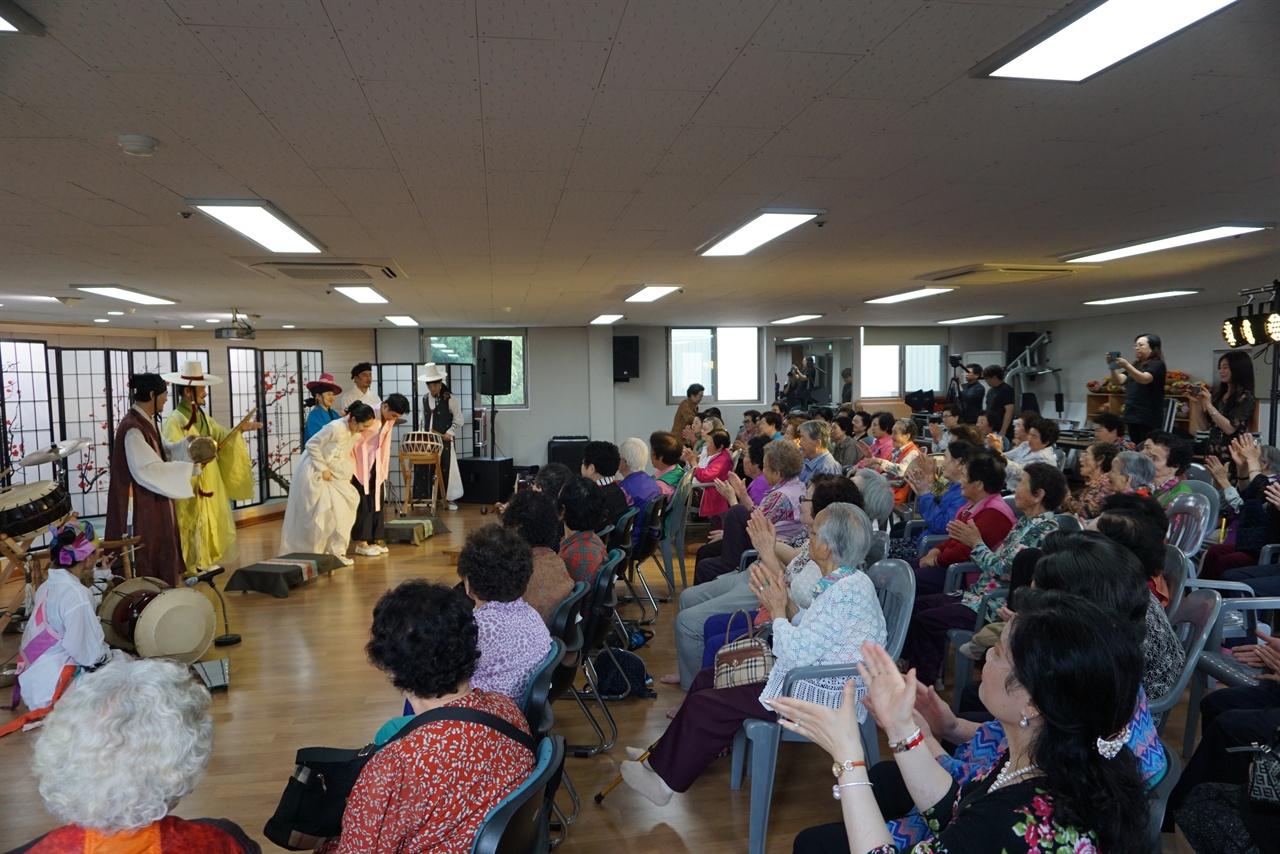 극단 <집현>은 한국문화예술위원회가 추진하는 '대국민 문화향유 증진사업'인 '신나는 예술여행' 공모에 선정되어 전국 각지로 찾아가는 연극을 선보이고 있다.