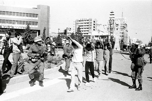 5.18민주화운동당시 계엄군이 시민들을 연행하고 있다. 1980.5.27