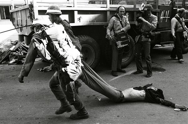 5.18민주화운동 당시 계엄군이 사망한 시민의 시신을 끌고 가고 있다. 1980.5.28