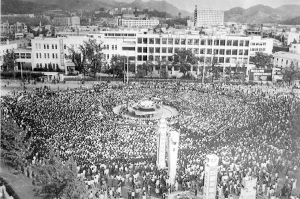 5.18민주화운동 당시 전남도청앞 분수대를 중심으로 열린 민주성회에 많은 시민들이 참석하고 있다.