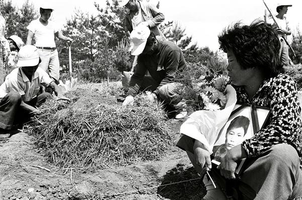 5.1민주화운동 희생자 묘지에서 오열하는 가족. 1980.5.30