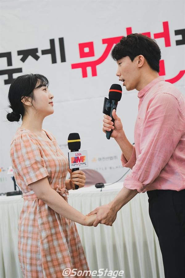 제13회 대구국제뮤지컬페스티벌 기자간담회에서 선보인 서찬양(좌), 서형훈(우) 배우의 축하공연