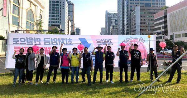 창원광장에 게시된 '최저임금 일만원으로' 펼침막.
