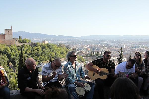 맞은편 알함브라 궁전이 보이는  알바이신 지구에서 <알함브라 궁전의 추억>을 연주하는 사람들 모습
