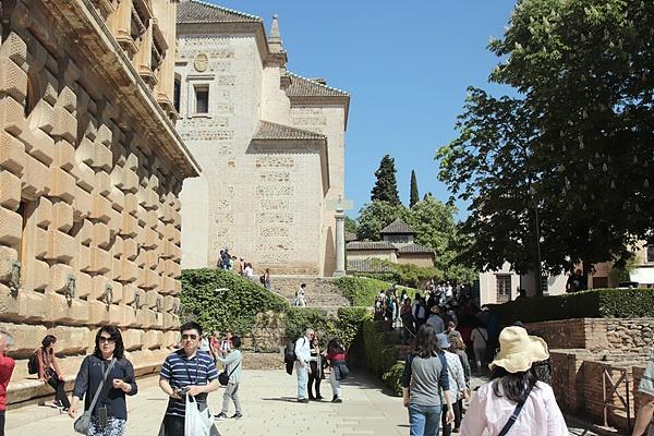 왼쪽에 카를로스 5세 궁전이 보인다. 건물은 당시 유행하던 르네상스 스타일로 지었으며, 정사각형인 건물 외관과 달리 내부에는 원형 중정을 배치한 특이한 구조를 하고 있다. 이곳에서는 매년 여름 그라나다 국제음악제가  열린다