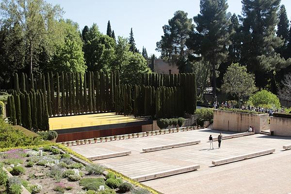 알함브라 궁전 내에 있는 야외 공연장 모습으로 사이프러스 나무로 둘러싸여 있다. 스페인에서는  사이프러스 나무를 성스러운 나무로 여긴다