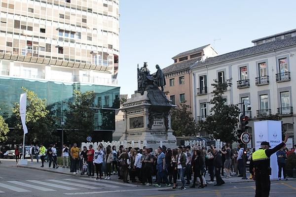 일행이 그라나다를 방문했을 때 마라톤 경기가 열리고 있었다. 사람들이 서있는 뒤에 보이는 동상이 이사벨 여왕과 컬럼버스다. 컬럼버스가 이사벨여왕에게 대서양횡단 계획을 설명하고 있다.