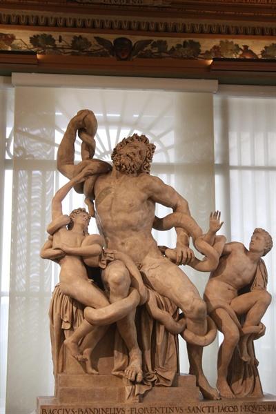 라오콘 군상(우피치 미술관)  프랑스에 선물하기 위해 만든 복제품이다. 미켈란젤로의 의견에 따라 오른팔이 굽어져 있다. 로마 바티칸에 있는 진품은 오른팔이 확실하게 뒤로 접혀 있다.