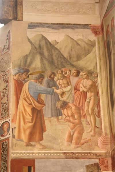 세례를 베푸는 성 베드로  뒤에서 순서를 기다리는 남자는 추위에 어깨를 감싼 채 떨고 있다.