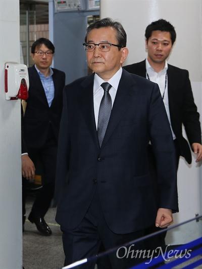 구속 전 피의자심문 받는 김학의 전 차관 뇌물 혐의를 받고 있는 김학의 전 법무부차관이 16일 오전 서울중앙지법에서 영장실질심사(구속 전 피의자심문)를 받기 위해 도착하고 있다.