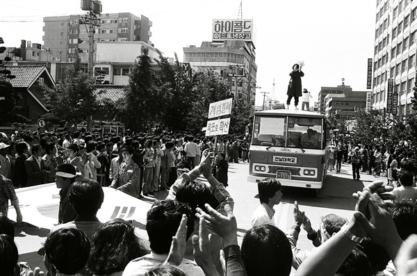 5.18민주화운동 당시 군부통치 결사반대를 외치며 시위하는 시민들. 전남대학교 버스도 보인다. 1980.5.24