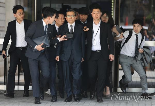 영장실질심사 마친 김학의 뇌물 혐의를 받고 있는 김학의 전 법무부차관이 16일 오전 서울중앙지법에서 영장실질심사(구속 전 피의자심문)를 받은 후 대기장소로 가기 위해 법원을 나오고 있다.