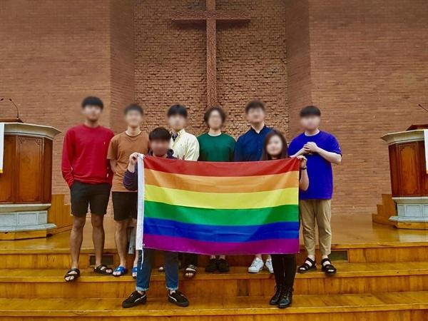 무지개 퍼포먼스를 벌인 장신대 학생들 '국제 성소수자 혐오 반대의 날(아이다호데이)'을 맞아 장신대 신대원, 학부 학생들이 무지개 퍼포먼스를 벌였다.