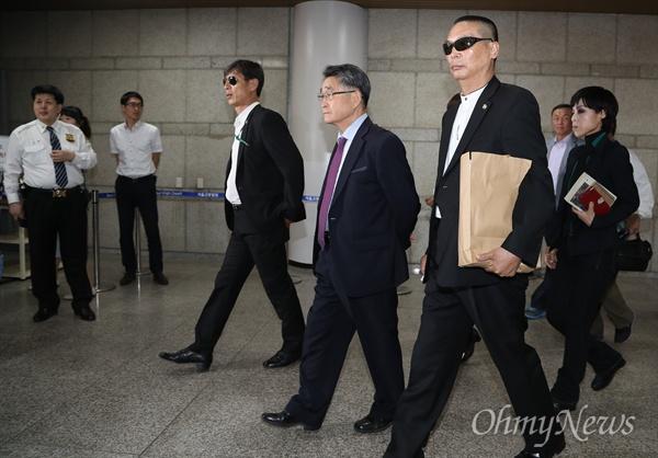 지지자들에 둘러싸여 법정가는 지만원 '5.18 북한군 개입'을 주장하는 극우논객 지만원씨가 16일 오후 서울중앙지법에서 열린 명예훼손 사건 속행 공판에 출석하기 위해 지지자들에 둘러싸여 법정으로 향하고 있다.