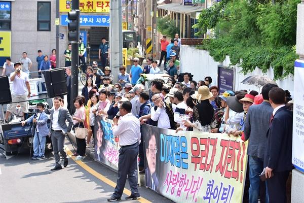 """""""이재명은 우리가 지킨다!""""... 이재명 경기도지사가 16일 오후 수원지법 성남지원에서 1심 선고 공판을 받는 가운데, 이 지사의 지지자들이 법원 앞에 모여 이 지사를 응원하고 있다."""