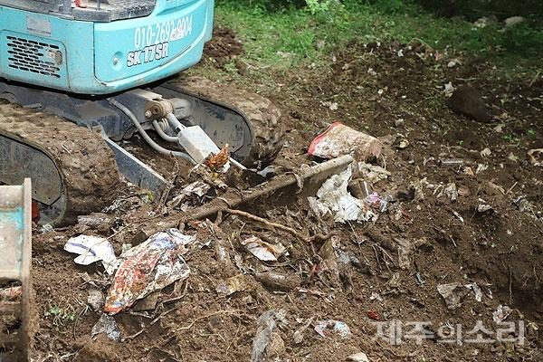 제주 한라산 성판악휴게소 인근에서 발견된 30년 묵은 쓰레기더미