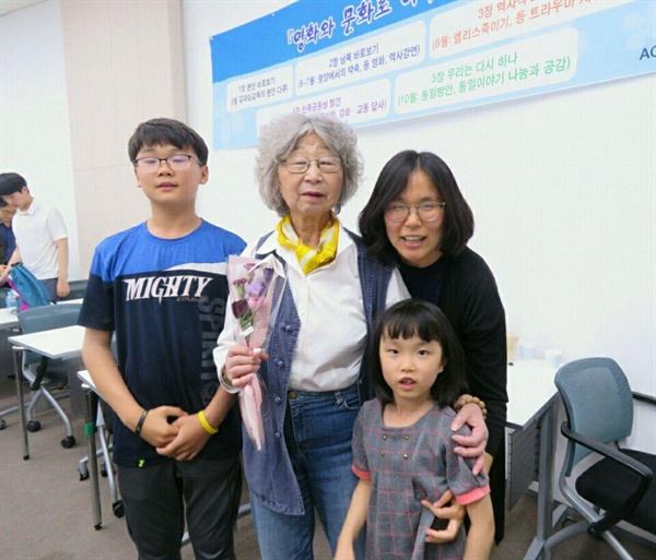 김우석 학생 김대실 감독, 우석 학생의 동생과 엄마  초등 학생을 데리고 영화를 관람한 한 엄마