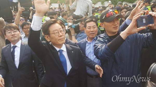이재명 경기도지사는 16일 직원남용 및 공직선거법 위반 혐의에 대해 '무죄'를 선고받은 뒤, 지지자들을 향해 손을 흔들어보이고 있다. 100여 명의 이재명 지지자들은 '이재명! 이재명!'을 연호하며 함께 기뻐했다.
