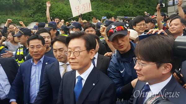 이재명 경기도지사가 16일 직원남용 및 공직선거법 위반 혐의에 대해 '무죄'를 선고받은 뒤, 지지자들의 응원을 받으며 법원을 나서고 있다.