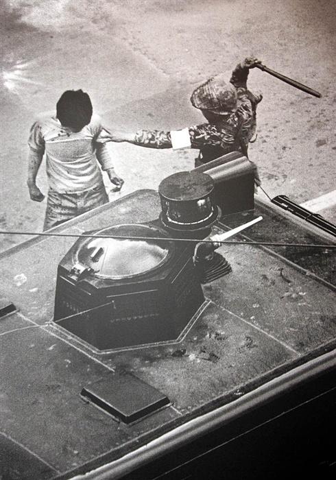 진압봉으로 광주 시민 폭행하는 계엄군 1980년 5월 19일 금남로에서 계엄군이 한 시민을 진압봉으로 폭행하고 있다. 사진은 당시 전남매일 나경택 기자가 촬영했다. <저작권자 ⓒ 2004 연 합 뉴 스. 무단전재-재배포 금지.>
