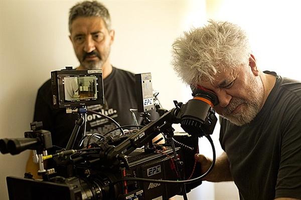 페드로 알모도바르 <줄리에타> 촬영 당시 페드로 알모도바르 감독(오른쪽).