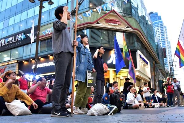 앉거나 서서 민중의례를 진행하는 참가자들