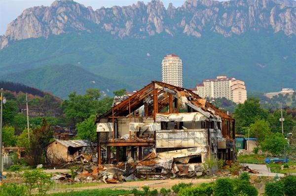 불에 타 뼈대만 덩그러이 남은 건물의 잔해(토성면 원암리)