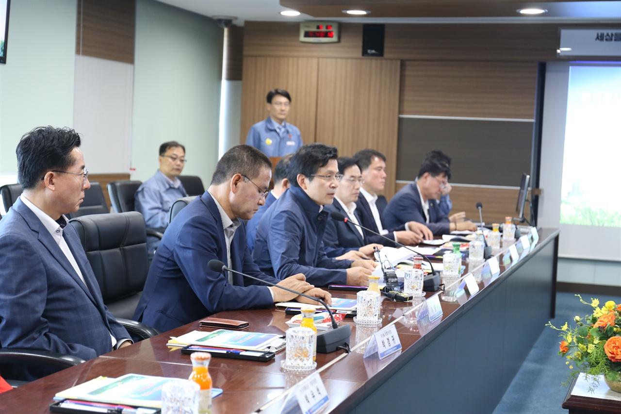 브리핑을 듣고 있는 황교안 대표 한국동서발전 관계자들과 이야기를 나누고 있는 모습