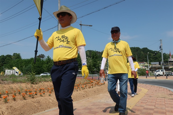 '노무현 순례길'에 참여한 시민들이 경북 김천-구미 구간을 걷고 있다. 뒤쪽에 걷는 남성이 90년대 노무현 의원에게 도움을 받은 안덕호씨다.
