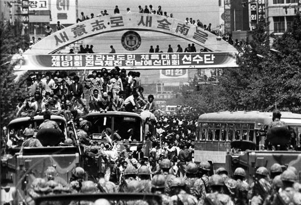 5.18민주화운동 당시 광주 금남로에서 광주시민들과 계엄군이 대치하고 있다.