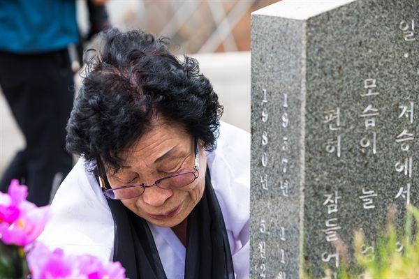 국립 5·18민주묘지에서 아들의 묘지앞에서 오열하는 유가족