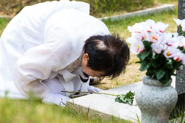 39년의 애달픈 그리움. 국립5.18민주묘지에서 남편을 만나는 유가족