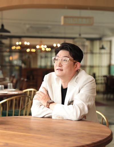 김현철 데뷔 30주년을 맞이한 가수 김현철이 정규 10집 앨범을 준비하고 있는 가운데, 지난 16일 오후 서울 용산구의 한 카페에서 인터뷰가 진행됐다.