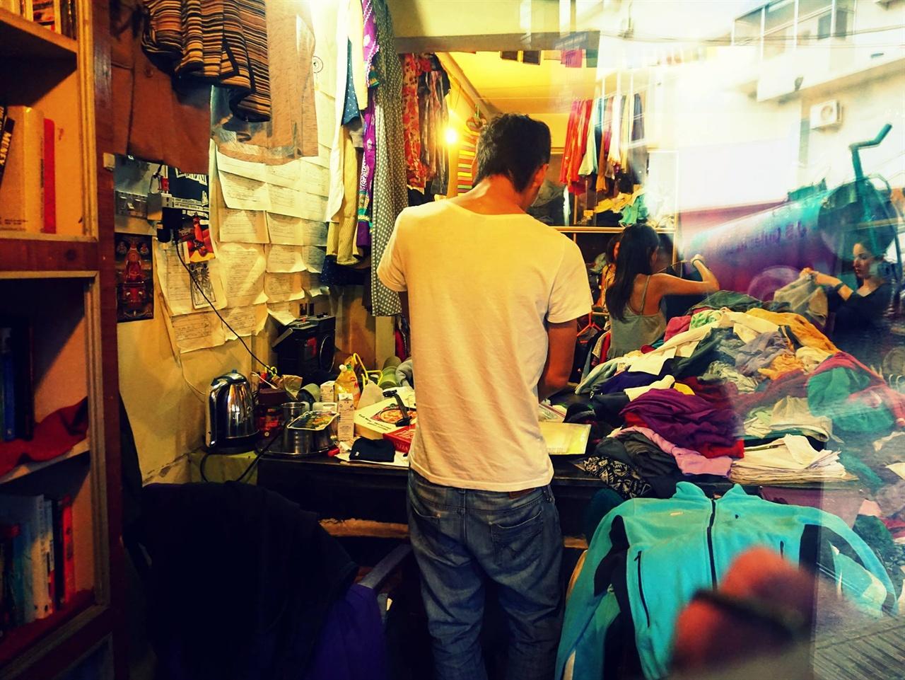 """""""인도에 온 지는 11년, 이곳에 가게를 차린 건 이제 8년이 됐죠"""" - 인도 북부 맥그로드 간즈에서 여행자를 위한 중고상점을 운영하고 있는 최 씨의 모습이다."""