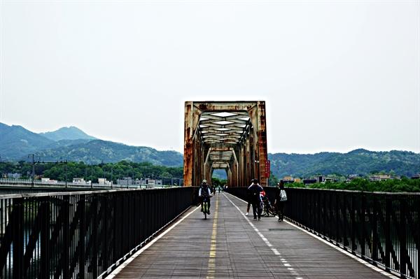철교 위를 자전거로 달리는 사람들