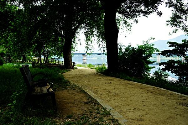 철교를 지나 양수생태공원에서 휴식